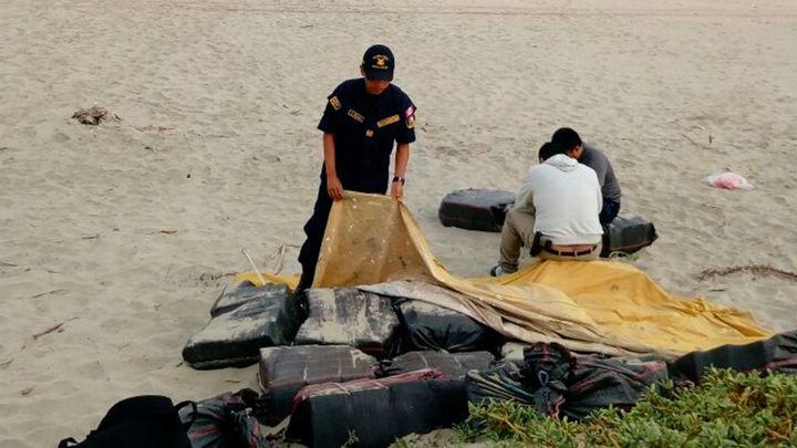 Camuflan 700 kilos de droga en arena de playa Los Órganos