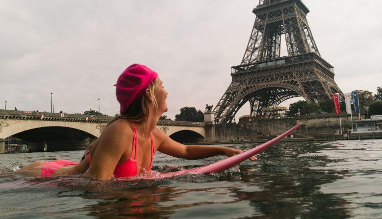 Activista hawaiana surfeó en el rio Sena en Paris por esta razón