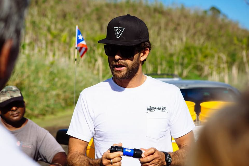 Gabriel Villarán lleva agua potable a damnificados del huracán María en Puerto Rico