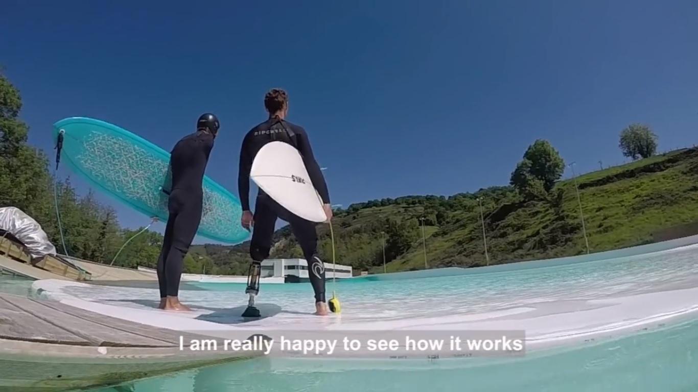 Un poco de Surf Adaptado en Wavegarden