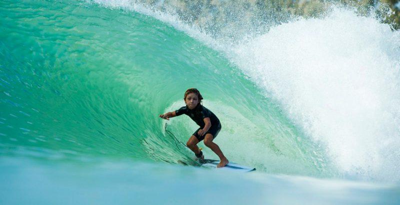 Niño de 11 años en la piscina de olas de Kelly Slater