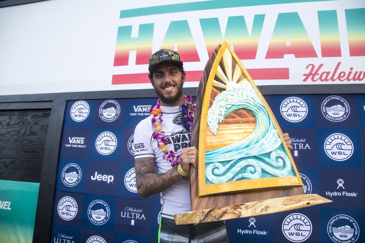 Filipe Toledo domina rivales y abre la Triple Corona Hawaiana con triunfo en Haleiwa