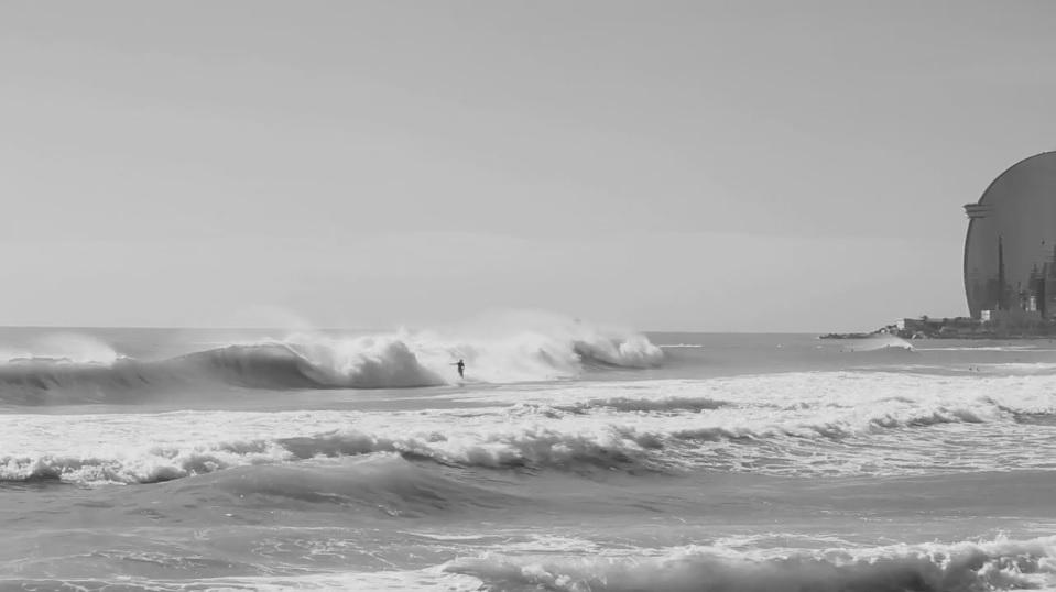 Así quiebran las olas en Barcelona cuando pega un gran swell