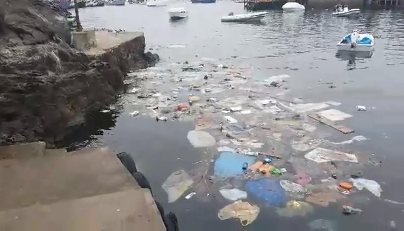 Denuncian montículo de basura flotando en mar de Pucusana