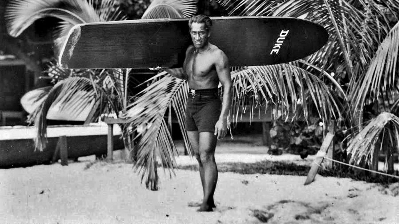 Duke Kahanamoku, 50 años del adiós al padre del surf moderno