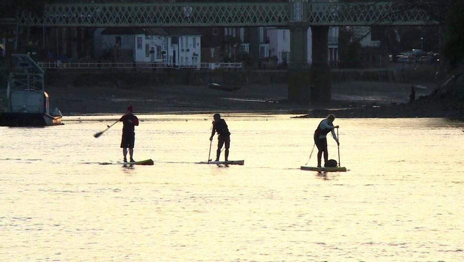 [VIDEO] Usan tablas de stand up paddle para limpiar 3 kilómetros de rio