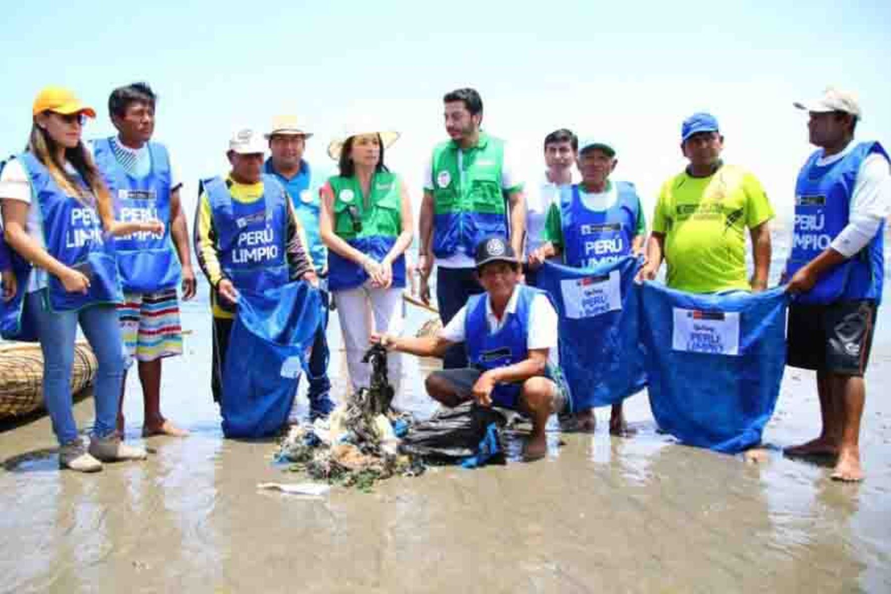 Limpian playas de Huanchaco