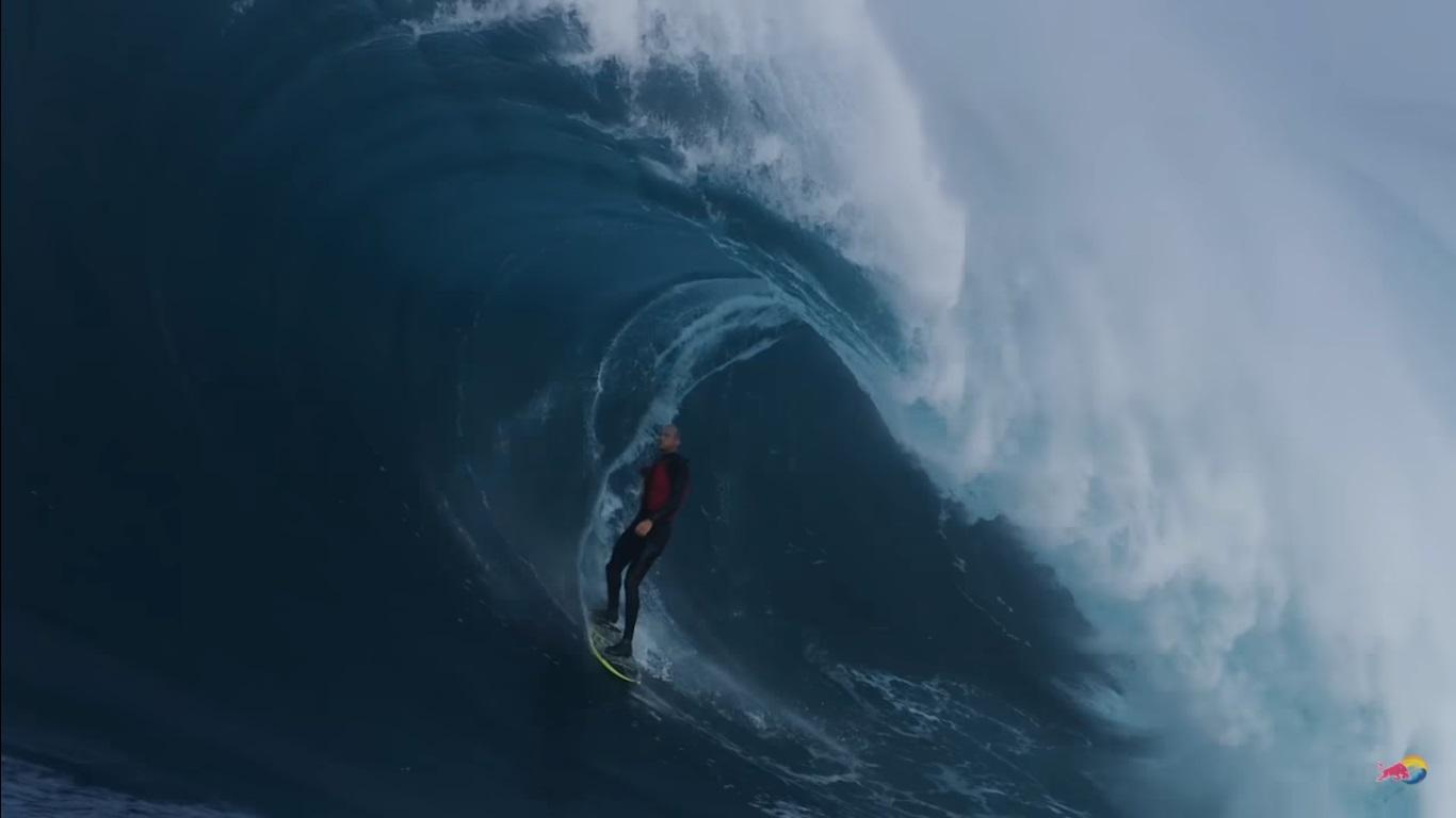 [VIDEO] Así es una sesión de surf en The Right entre toneladas de agua