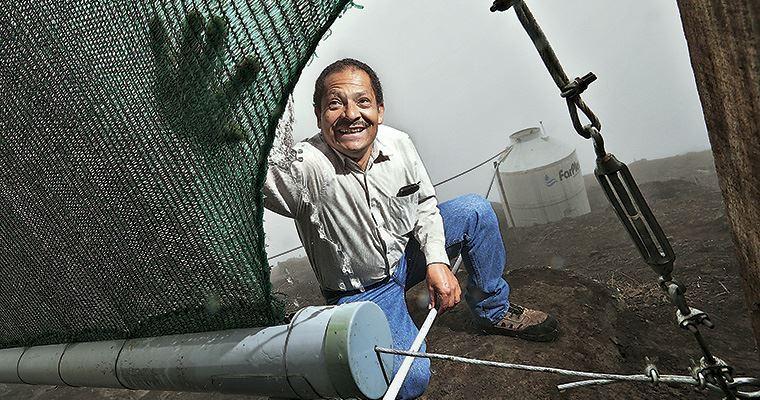 El ingenioso método peruano para conseguir y llevar agua donde no hay