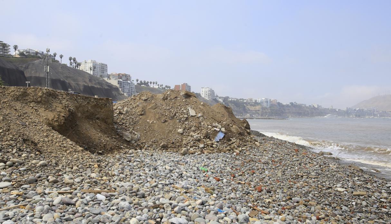 Arrojan desmonte en playa de Barranco