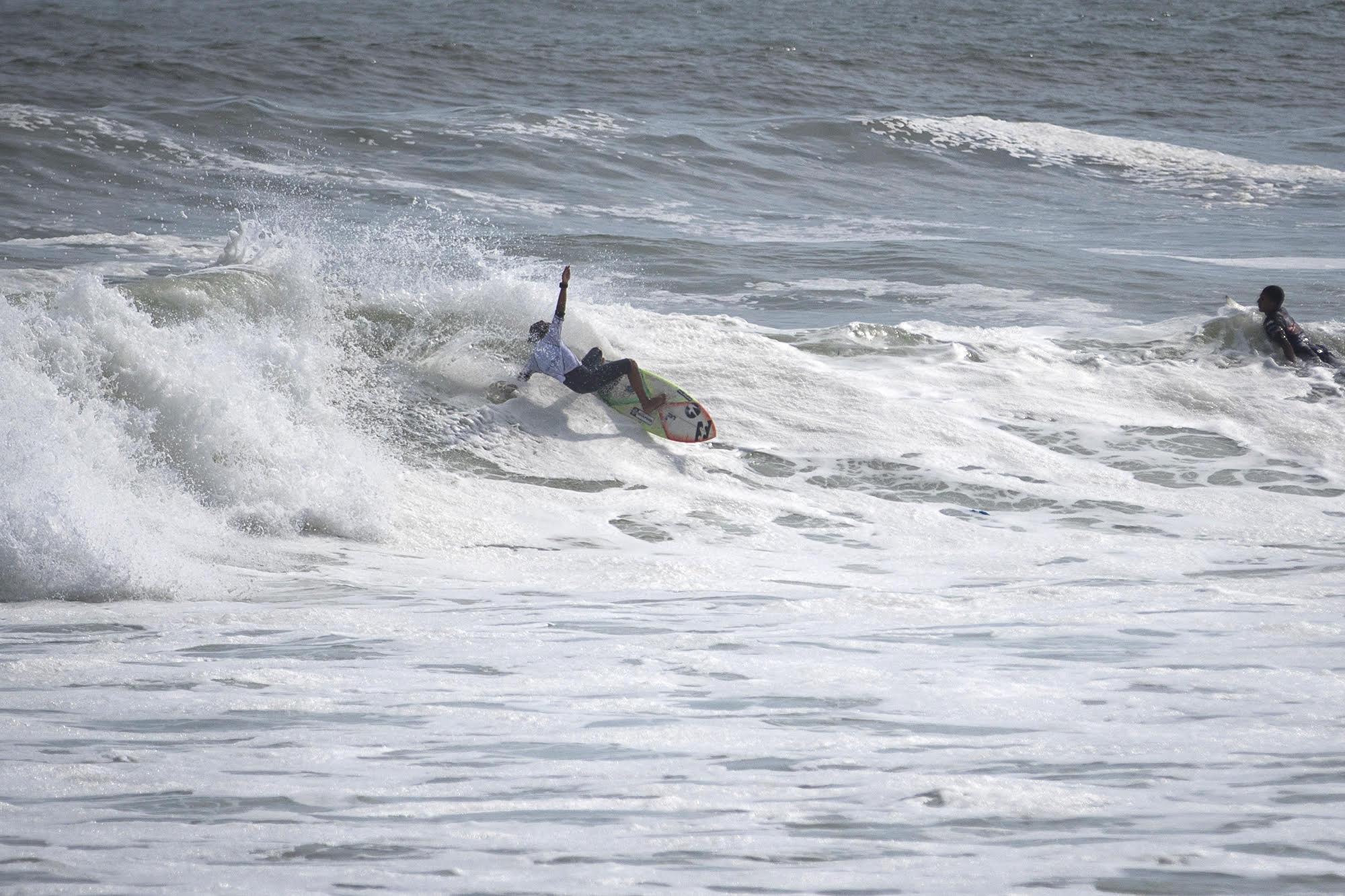 [PORTADA] Carlos Zevallos ejecutando un layback en Punta Roquitas