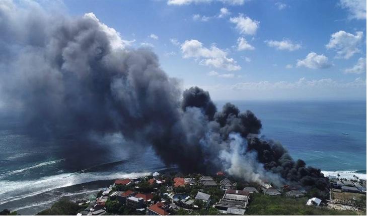Fuego destruye edificios en la zona turística de Bali