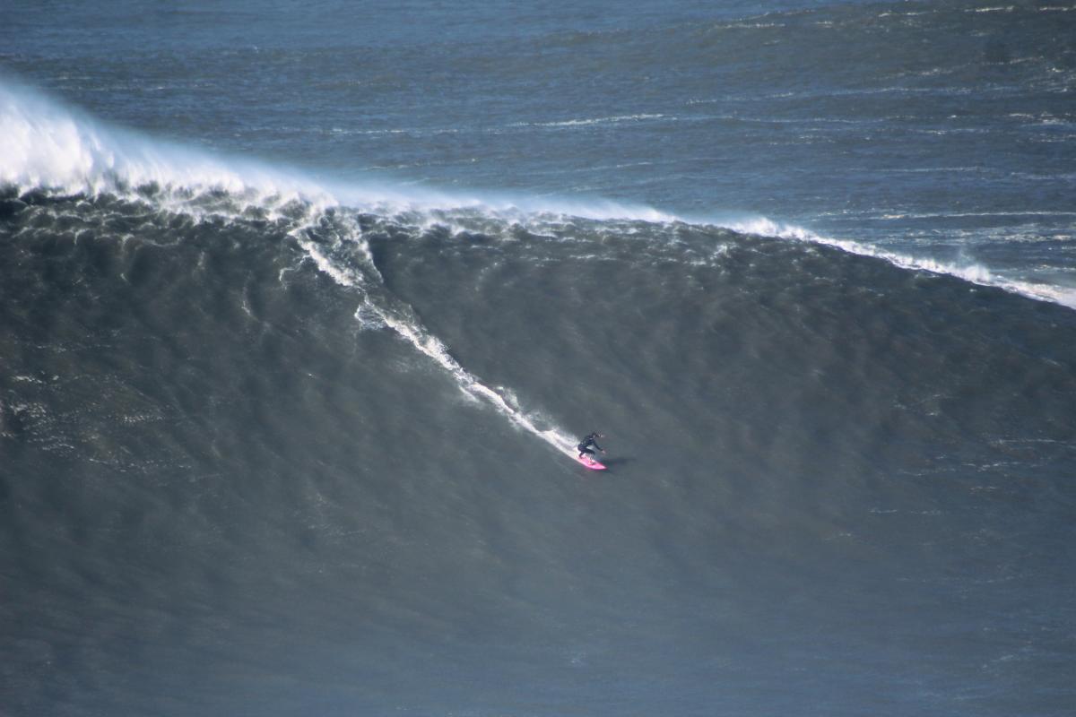 Maya Gabeira critica a la WSL y pide ayuda para ser la primera surfista en el libro Guinness