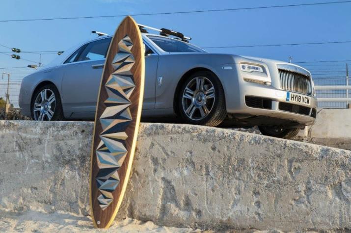 Rolls-Royce ingresa al mercado surf con tabla cubierta en oro