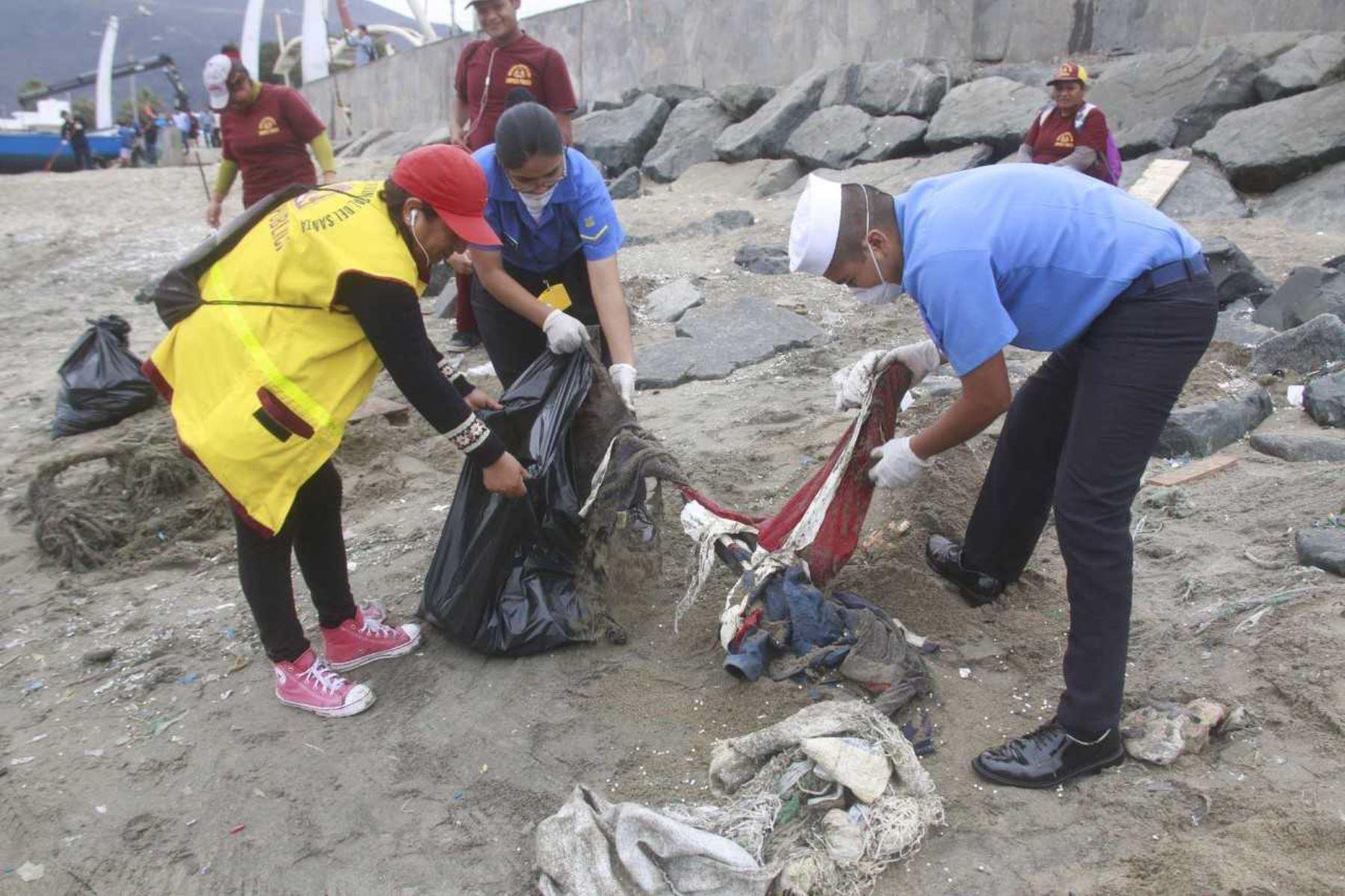 Chimbote: 5 toneladas de basura fueron recogidos en playa La Caleta