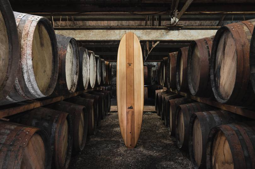 Tabla de surf hecha de barriles de whisky escocés