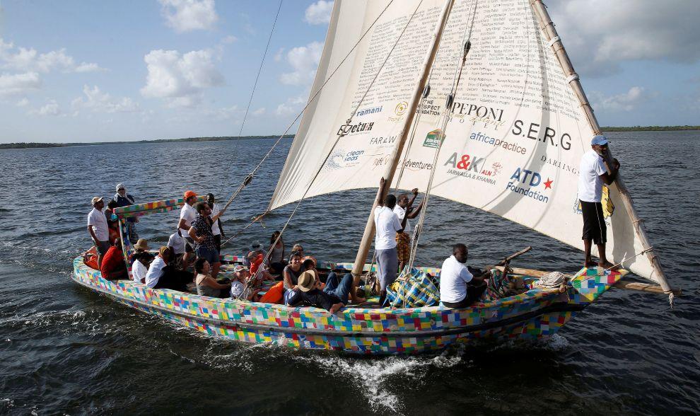 Barco creado con basura marina y sandalias recicladas