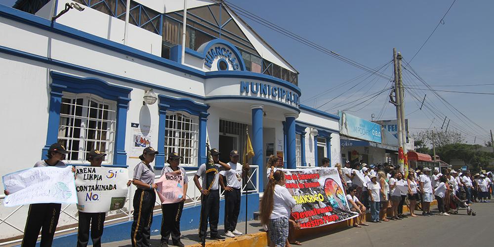 Cadena humana contra la erosión costera en Huanchaco