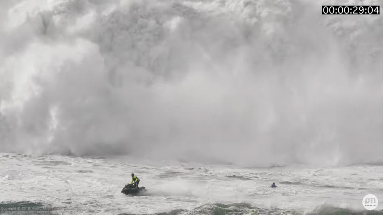 Thiago Jacaré casi no sobrevivea una contención de olas múltiples enNazaré