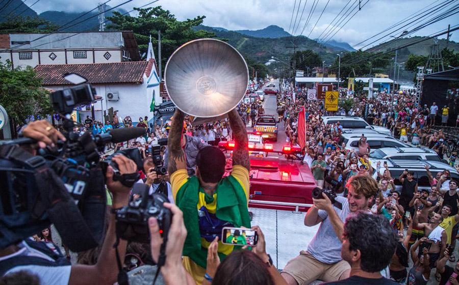 Gabriel Medina es recibido como héroe en Brasil