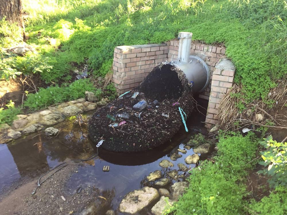 Recogen kilos de basura con mallas instaladas en drenajes