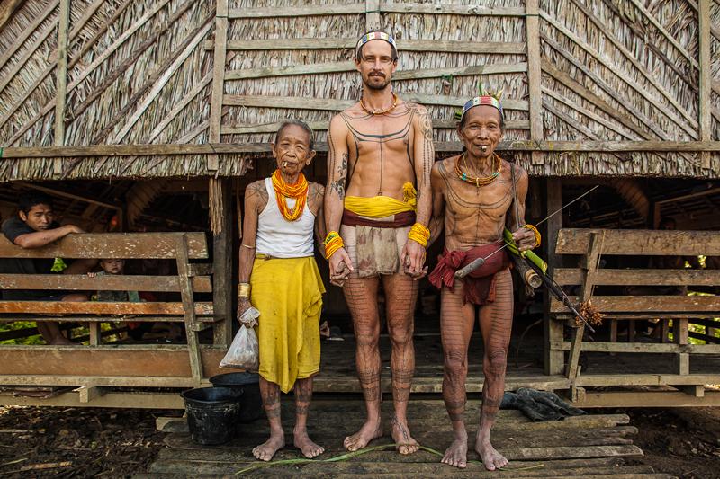 Surfista pasa 8 años conviviendo con tribu de Las Mentawai