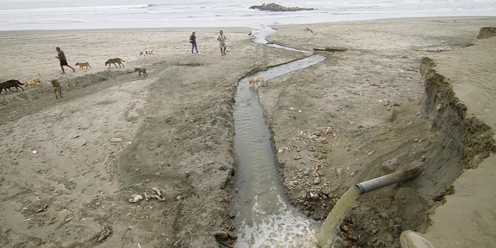 Desagüe en playa La Delicias contamina el mar y a sus veraneantes