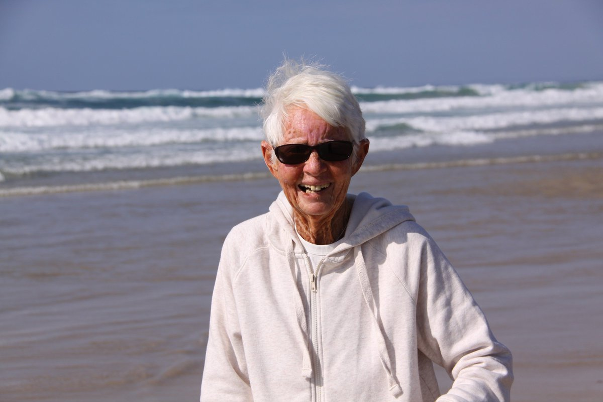 Catalogada como la primera mujer campeona mundial de surf cumple 82 años
