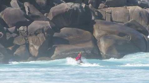 El rescate de su surfista atrapado entre las piedras y la fuerte corriente