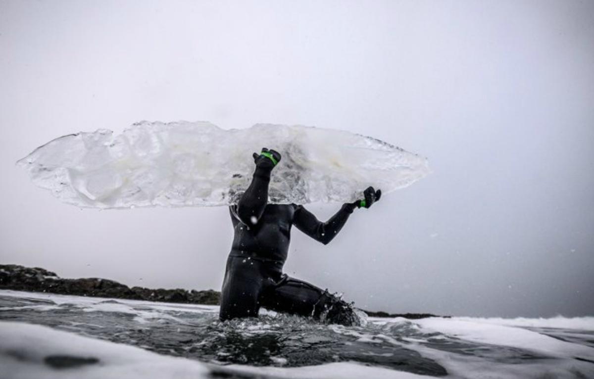 El desafío de surfear en una tabla de hielo