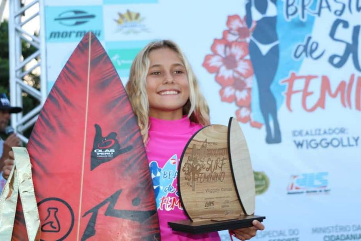 Peruana de 10 años campeona en circuito brasileño de surf femenino