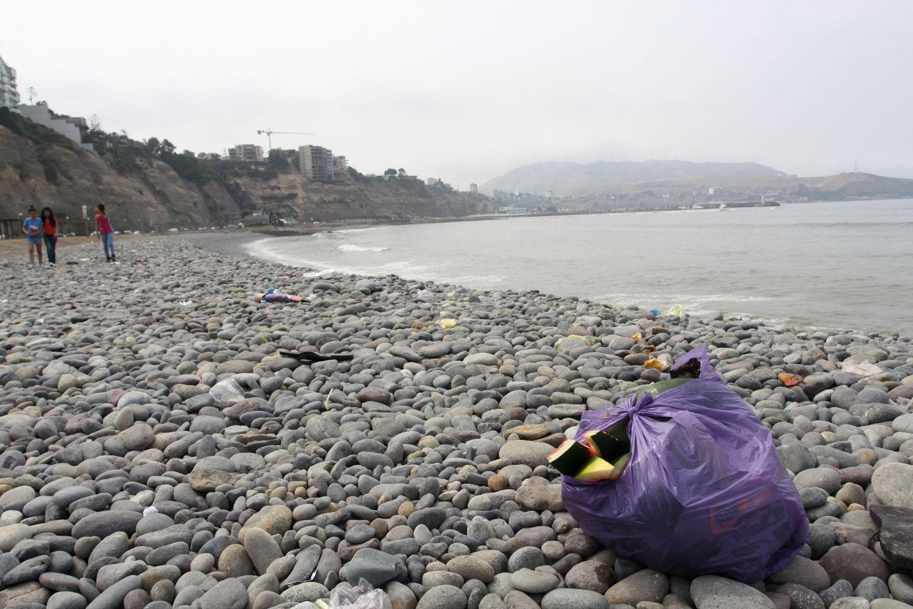 Botar basura en playas ahora será asunto penal