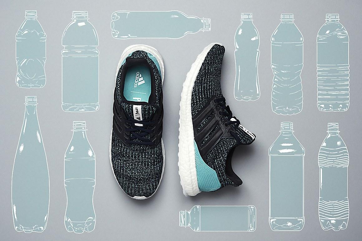 Zapatillas fabricadas con botellas de plástico. Hoy en día es un hecho