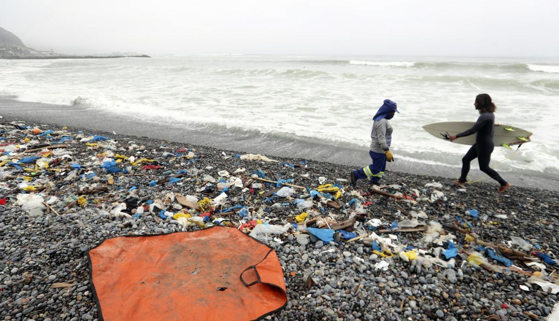 Plásticos de la construcción son los más contaminantes en las playas del Perú