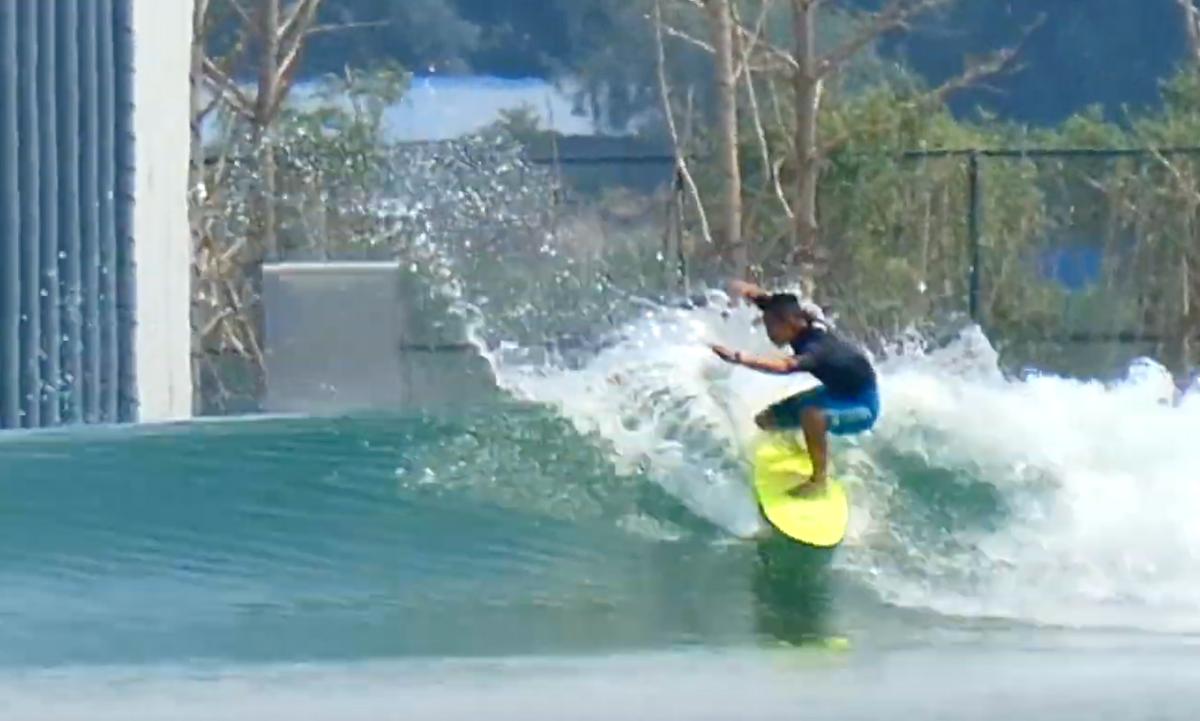 Surfistas chinos ponen a prueba la primera piscina de olas de su país