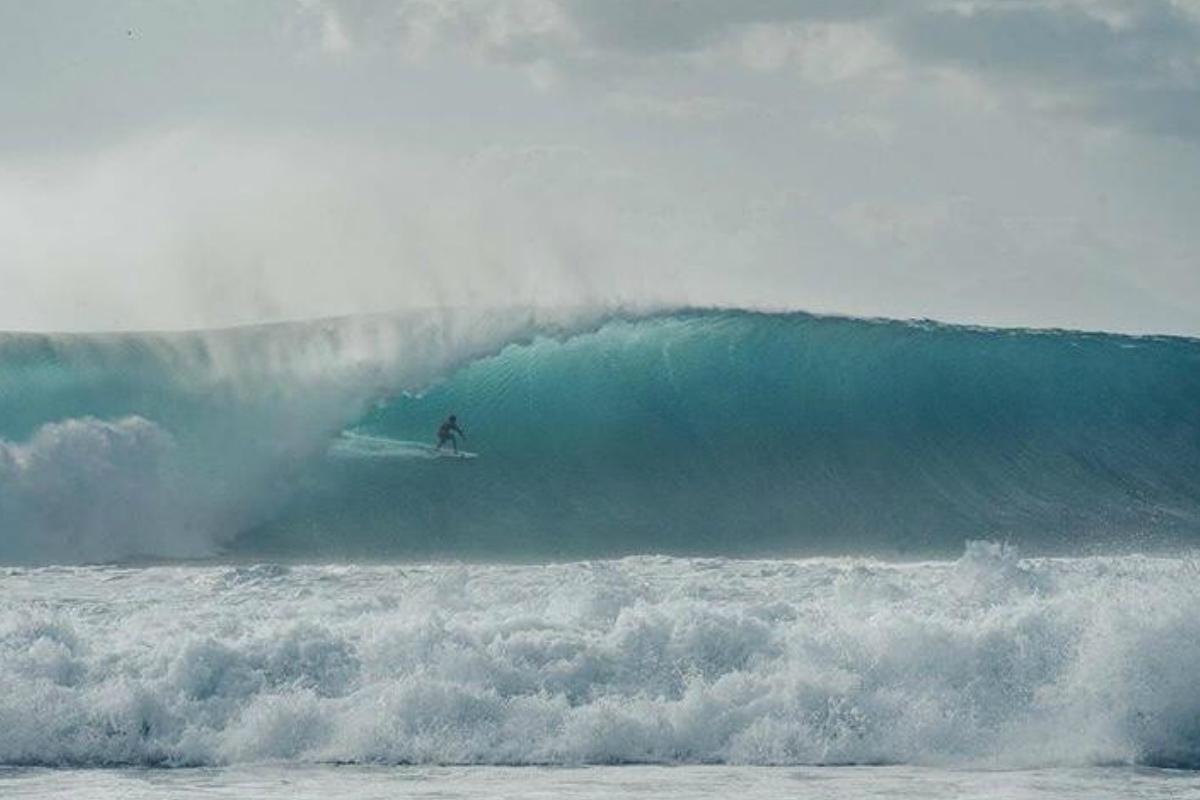 Brasileño presume de haber surfeado ola jamás fotografiadaen Indonesia