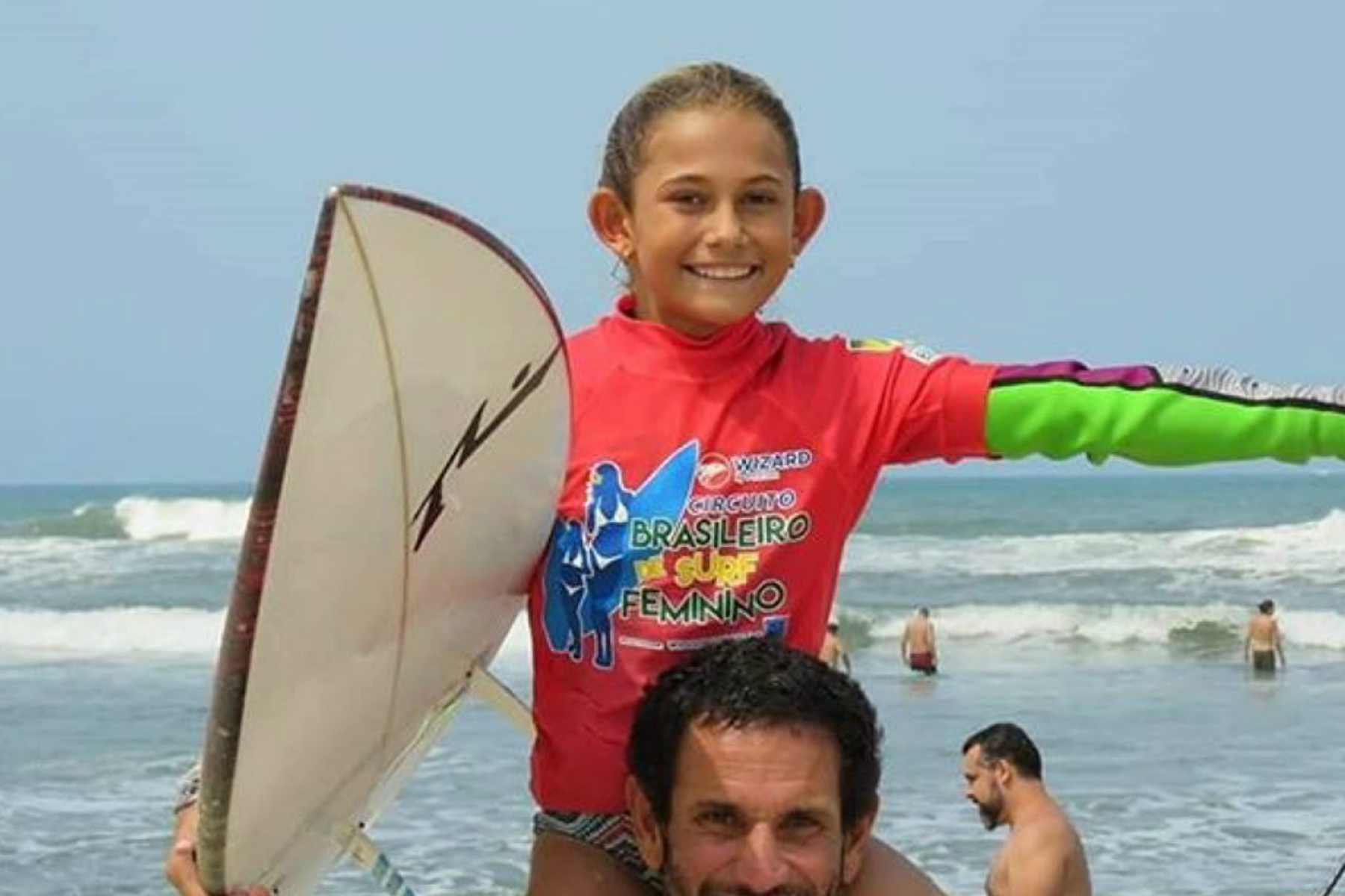 Peruana de 10 años vuelve a triunfar en circuito brasileño de surf