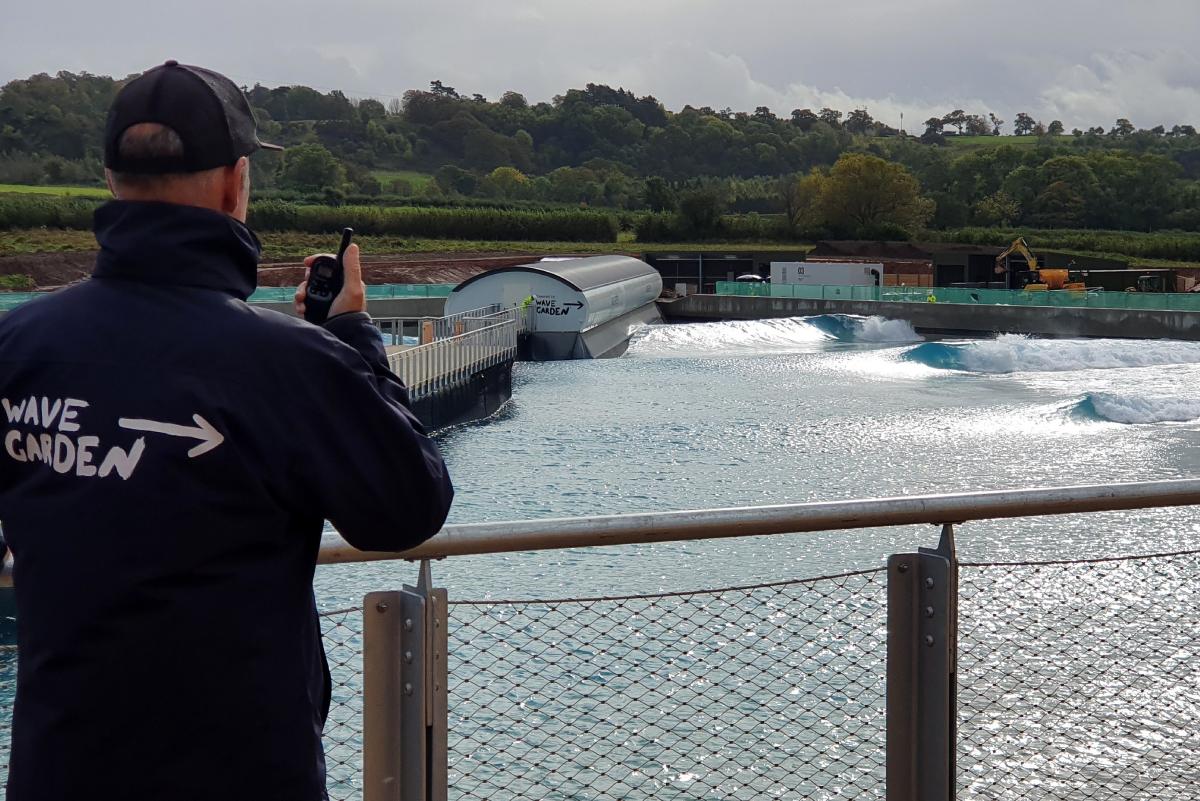 Empiezan a romper las primeras olas artificiales en Inglaterra