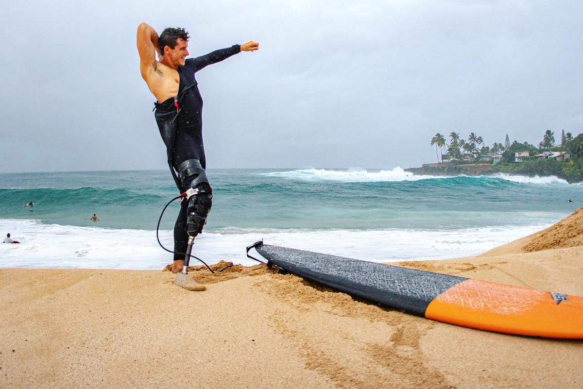 Surfista con pierna amputada se baja ola de 10 metros en Nazaré