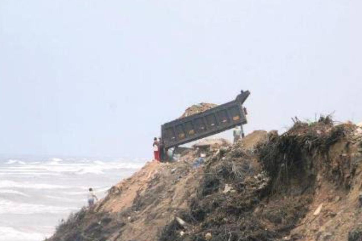 Trujillo: Camión arroja basura en plena competencia de surf