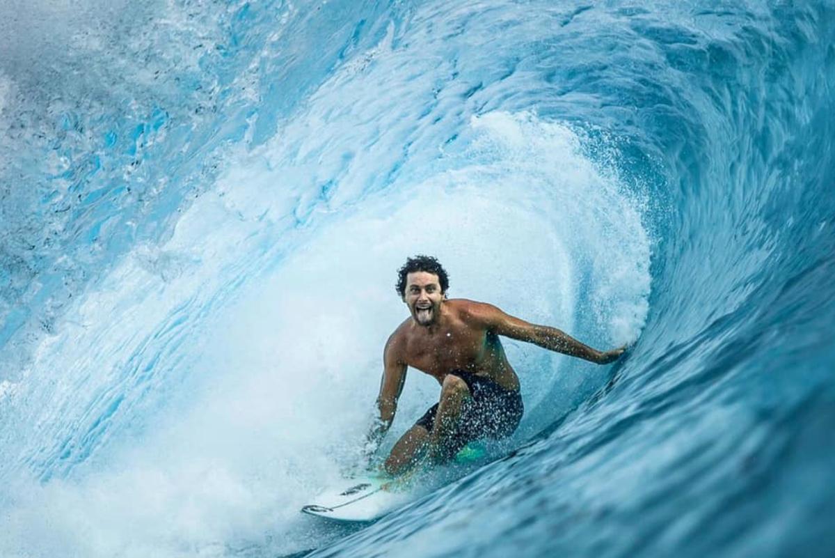 Surfistas vuelven a disfrutar de las olas en Tahití