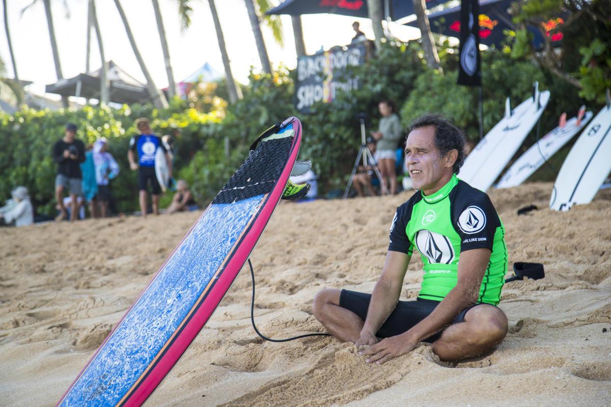 Derek Ho, primer campeón mundial de surf de Hawái, fallece a los 55 años