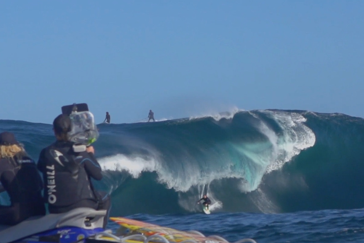 """""""Flick"""", la chica récord de olas grandes en Australia"""