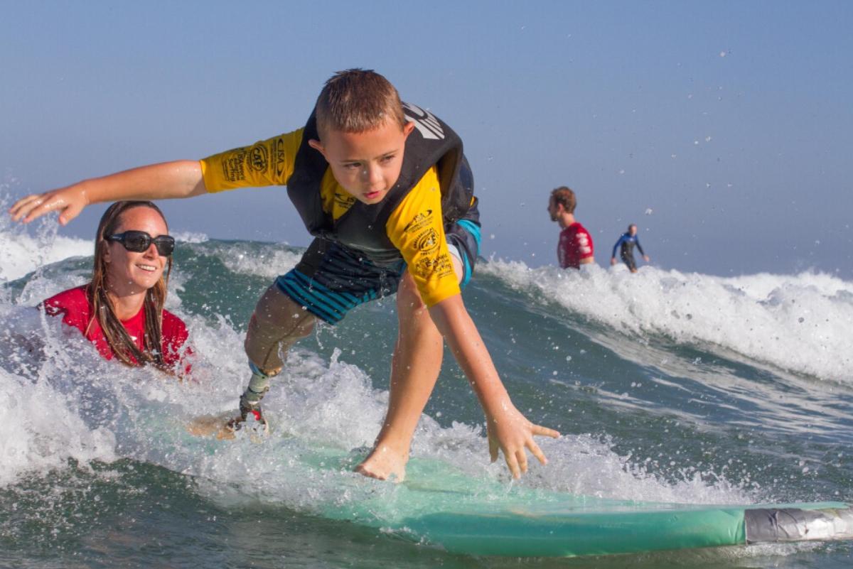ISA prepara programa de certificación para instructores de surf adaptado