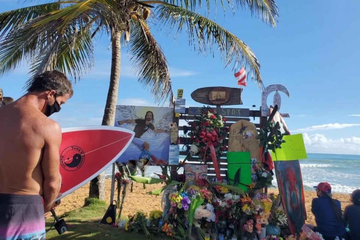 Despiden entre aplausos a surfista asesinado a batazos en Puerto Rico