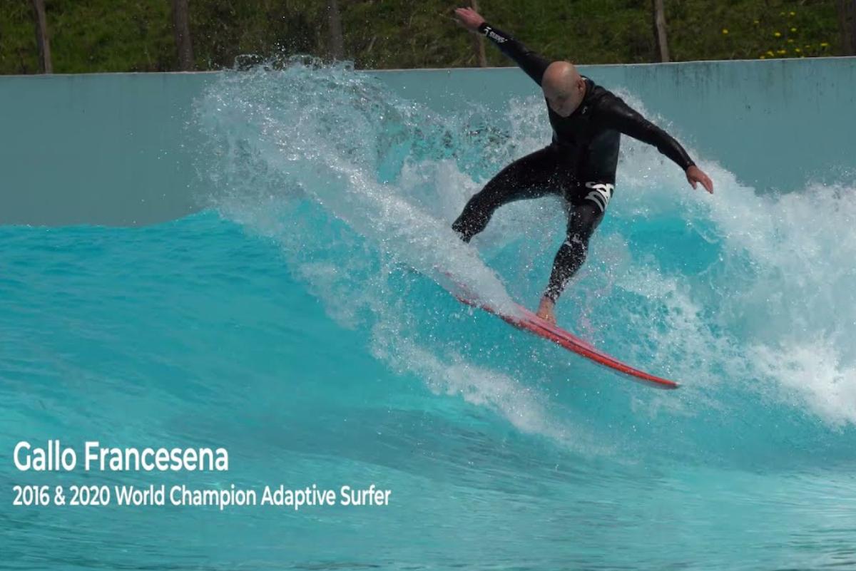 Surfista invidente la rompe sobre olas artificiales