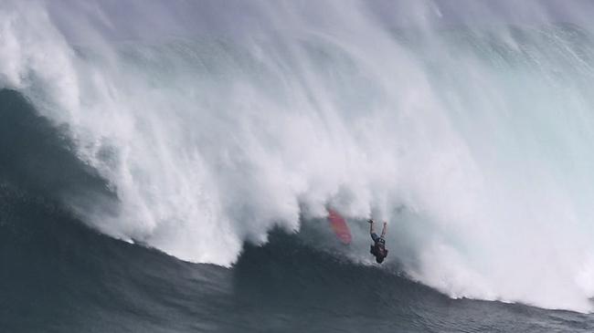 El Pacífico Sur ya comienza a hacer su trabajo, estás pensando en incursionar en el surfing de olas grandes? Chequea este video y asegurate de estar preparado para los verdaderos patasos.