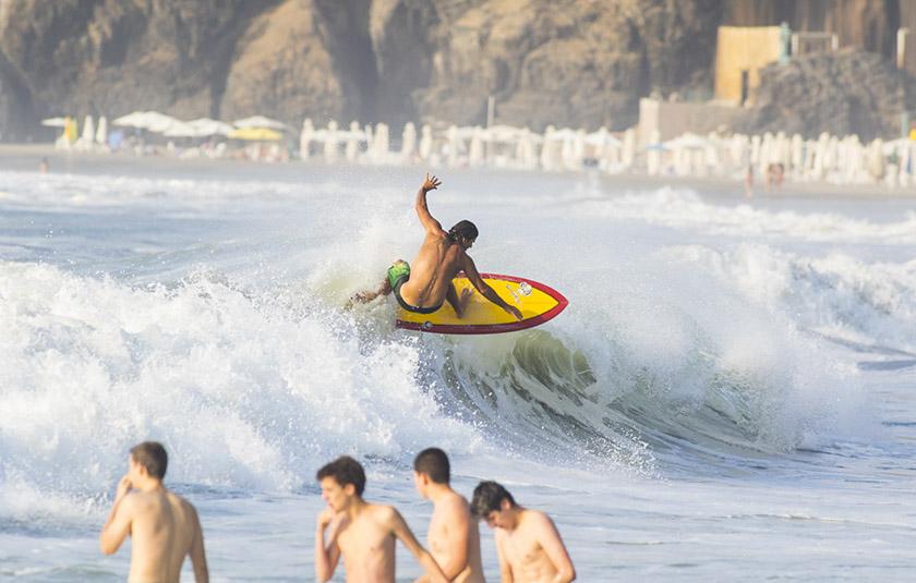 Portada: Alberto Moratinos surfing veraniego cerca de casa