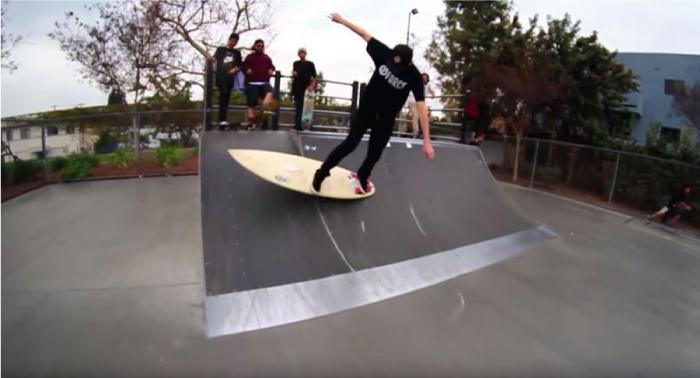 Kickflip en una tabla de surf, pero no sobre agua