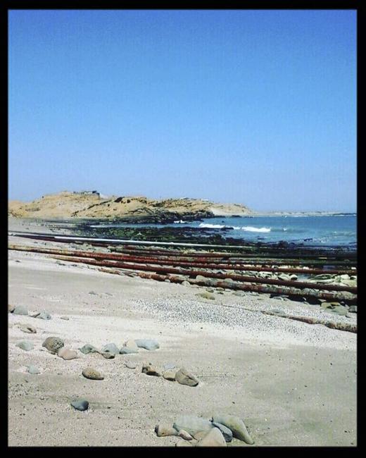 Contaminación en playa Lobitos por tubos metálicos oxidados